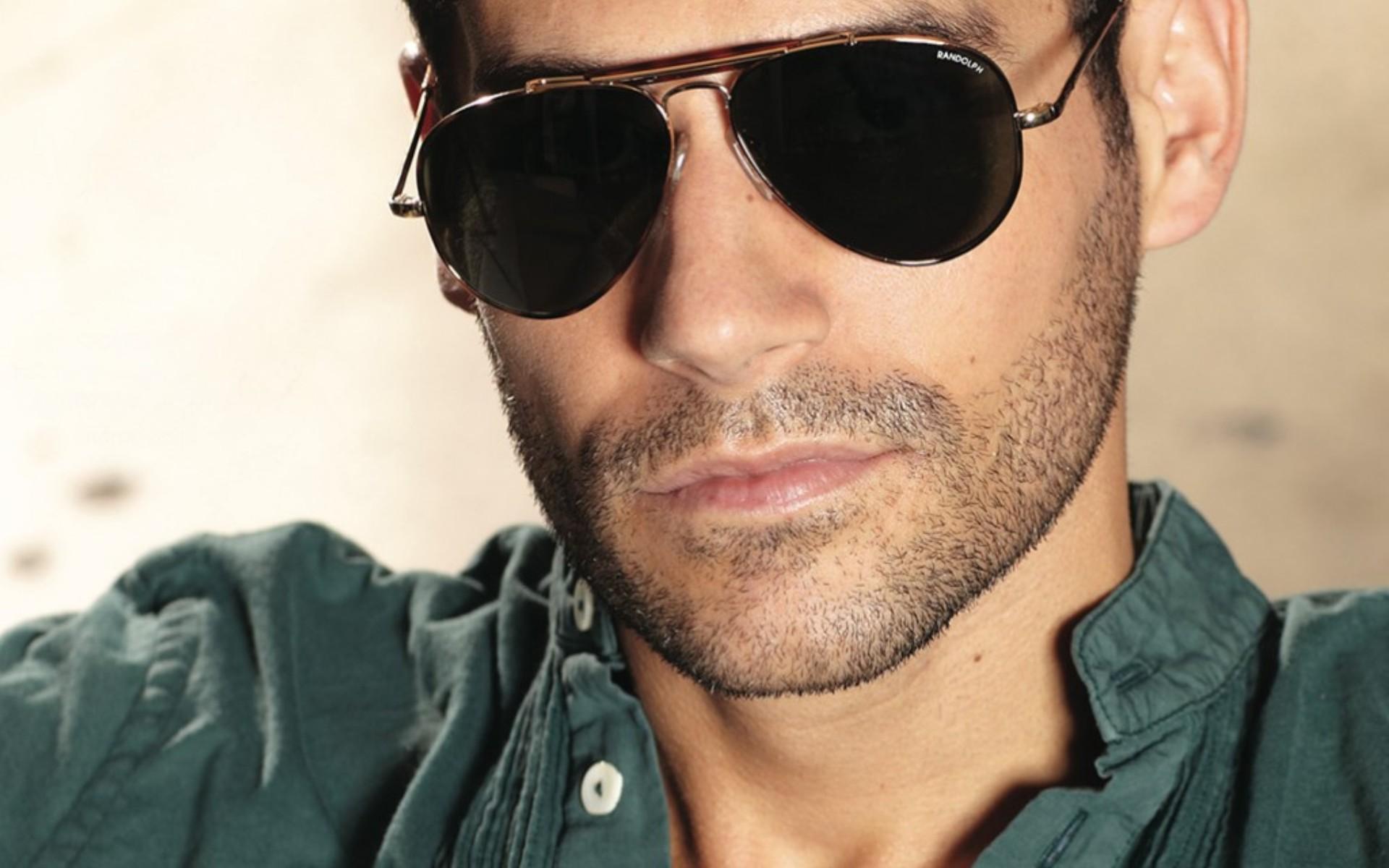 это фото мужчин в очках на аву один удивительно