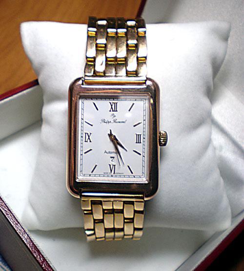 Золотой браслет для часов является стильным и дорогим аксессуаром ... a1874766d90